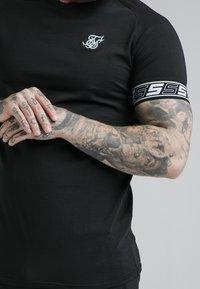 SIKSILK - EXHIBIT TECH TEE - Print T-shirt - black - 4