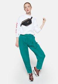 Eastpak - GOLDEN/AUTHENTIC - Bum bag - goldout black-g - 1