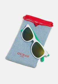 Guess - KIDS EYEWEAR UNISEX - Sluneční brýle - green - 2