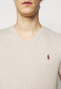 Polo Ralph Lauren - CUSTOM SLIM FIT JERSEY V-NECK T-SHIRT - T-shirt - bas - expedition dune - 4