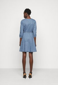 Vero Moda Tall - VMHENNA WRAP SHORT DRESS - Denimové šaty - light blue denim - 2