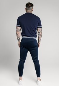 SIKSILK - ELEMENT STRAIGHT HEM GYM TEE - T-shirt con stampa - navy/white - 2