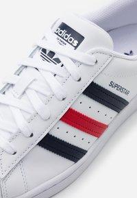 adidas Originals - SUPERSTAR  - Matalavartiset tennarit - footwear white/scarlet - 5