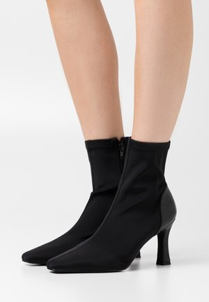 SQUARE FRONT BOOTS - Botines - black