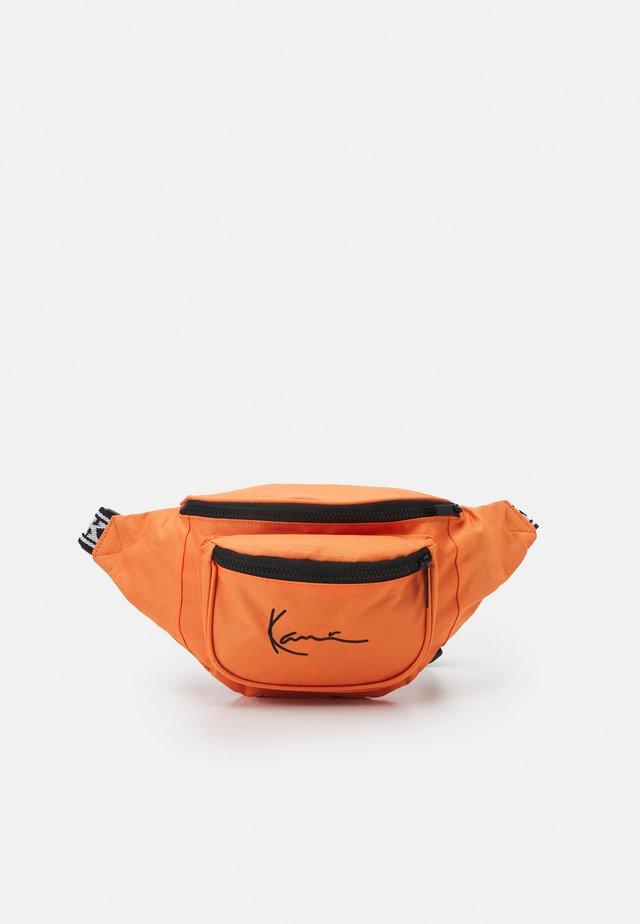 SIGNATURE TAPE WAIST BAG UNISEX - Ledvinka - light orange
