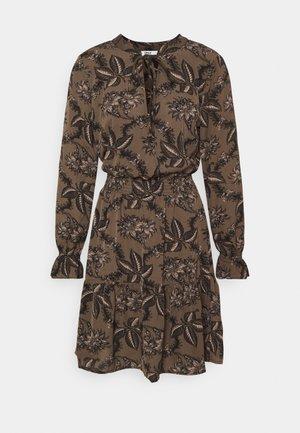 ONLLIMA VERA DETAIL DRESS - Denní šaty - shaved chocolate