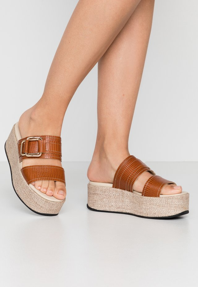 FELICIA - Pantofle na podpatku - cognac