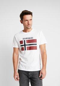 Napapijri - SAXY  - T-shirt med print - bright white - 0
