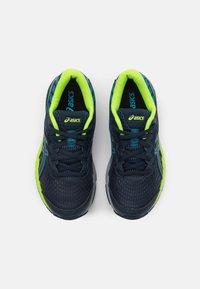 ASICS - GEL-CUMULUS 22 UNISEX - Neutral running shoes - french blue/hazard green - 3