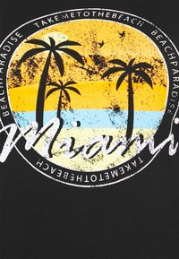 ONLY Carmakoma - CARMALIBU TEE - Print T-shirt - black - 4