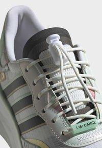 adidas Originals - CHOIGO  - Tenisky - ftwr white/core black/frozen green - 8