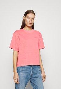 Lacoste LIVE - Print T-shirt - amaryllis - 0