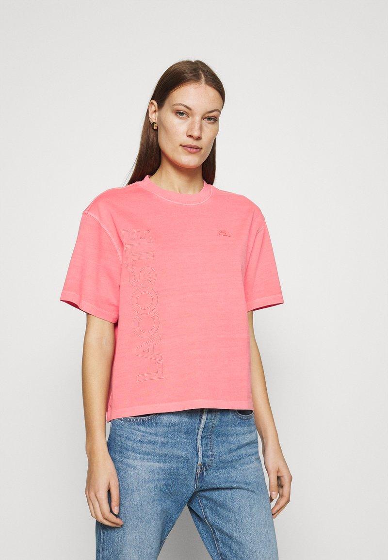 Lacoste LIVE - Print T-shirt - amaryllis
