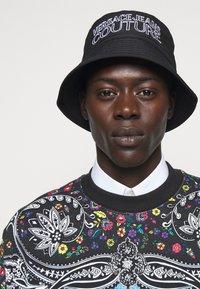 Versace Jeans Couture - UNISEX - Hat - black/white - 1
