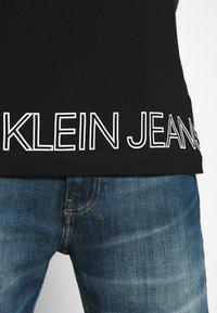 Calvin Klein Jeans - OUTLINE LOGO HEM - Print T-shirt - black - 6