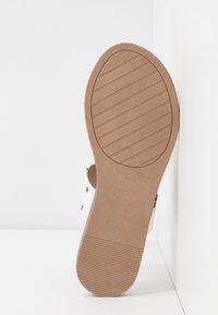 Madden Girl - AUTUMN - T-bar sandals - black/white - 6