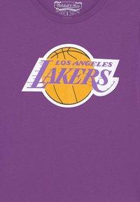 Mitchell & Ness - NBA LA LAKERS RETRO LOGO TEE UNISEX - Club wear - purple - 2