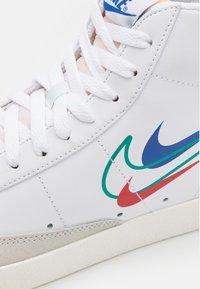 Nike Sportswear - BLAZER MID '77 VNTG - Vysoké tenisky - white/green noise/game royal/university red/sail/summit white - 7