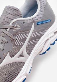 Mizuno - WAVE INSPIRE 16 - Stabilní běžecké boty - frost gray/cloud/princes - 5