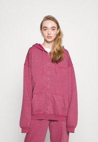 BDG Urban Outfitters - ZIP THROUGH HOODIE - Sweat à capuche zippé - raspberry - 0