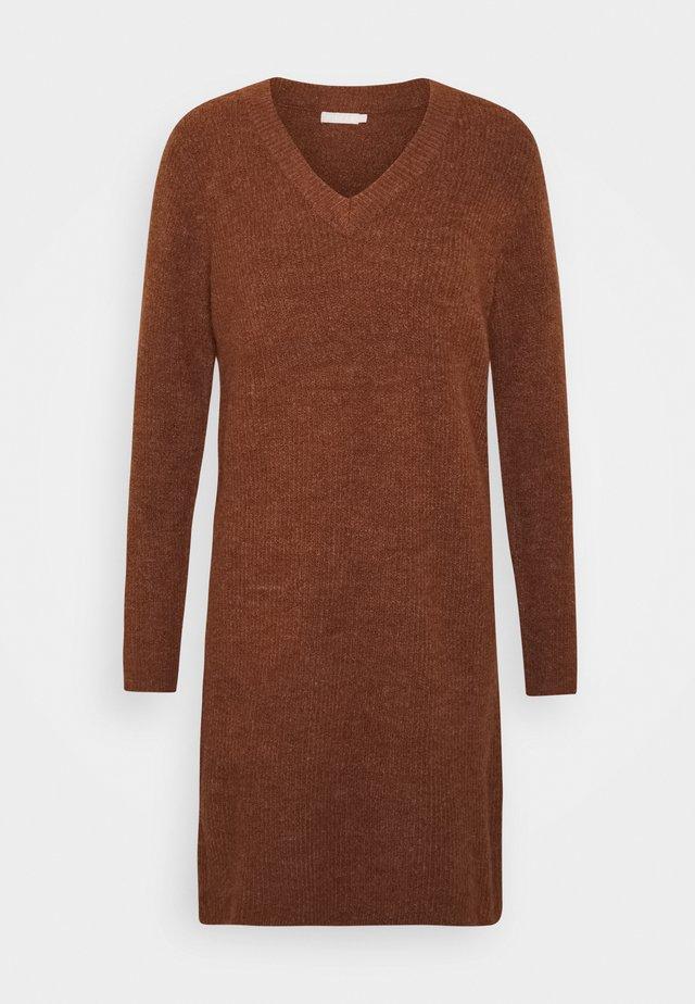 PCELLEN V NECK DRESS - Gebreide jurk - mocha bisque