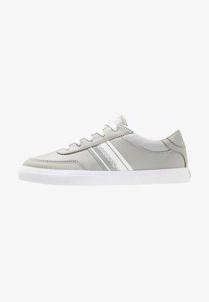 COURT MASTER - Tenisky - grey/white