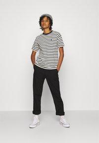 Carhartt WIP - ROBIE - T-shirt print - wax/black - 1