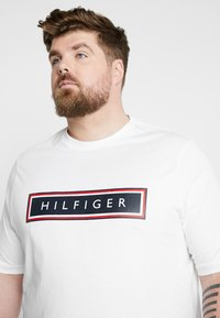 Tommy Hilfiger - CORP FRAME TEE - Print T-shirt - white - 4