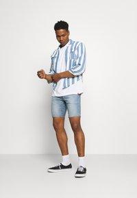 Levi's® - 412™ SLIM - Denim shorts - light-blue denim - 1