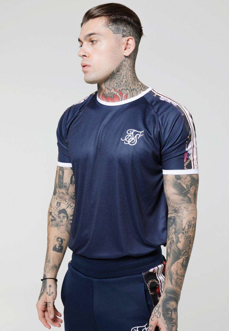 SIKSILK - STARLITE CURVED HEM TAPE TEE - Camiseta estampada - navy