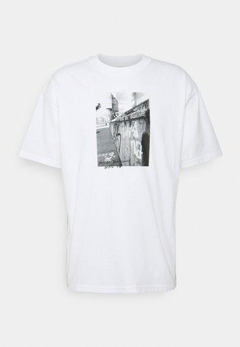 TEE STREETS - T-shirt med print - white