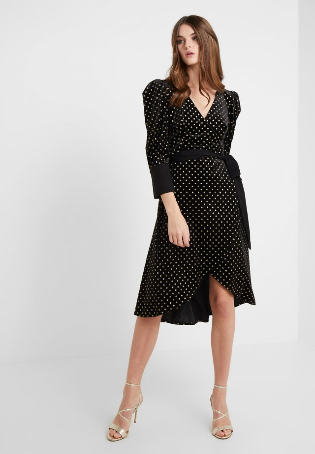 VIVIENNE WRAP DRESS IN DOTTED - Vestido de cóctel - black/gold