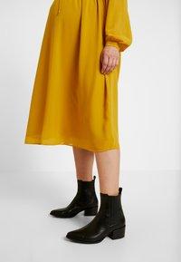 Glamorous Bloom - MIDI LONGSLEEVE DRESS - Hverdagskjoler - mustard - 4