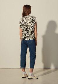 sandro - KERRY - Print T-shirt - ecru - 2