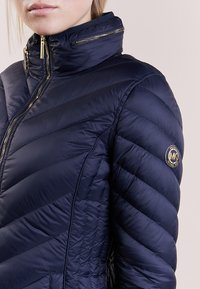 MICHAEL Michael Kors - SHORT PACKABLE PUFFER - Down jacket - dark navy - 4