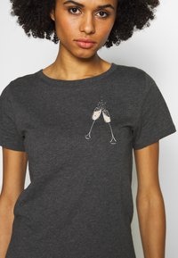 J.CREW - CLINK CHAMPAGNE TEE - T-shirts med print - heather carbon - 4