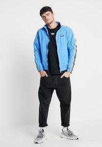 adidas Originals - REVEAL YOUR VOICE  - Chaqueta de entrenamiento - real blue - 1