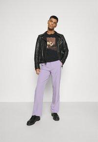 Mennace - SUNDAZE STRAIGHT FIT TROUSER - Pantalon classique - lilac - 1