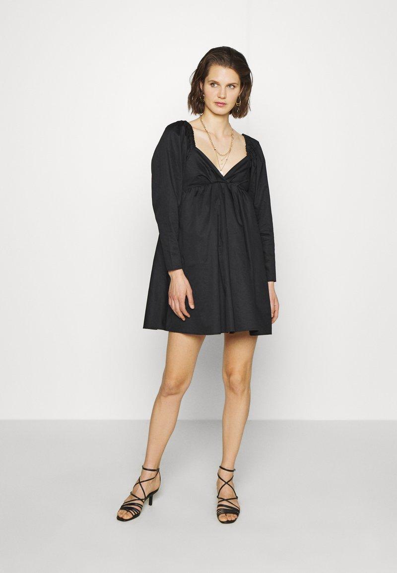 Who What Wear - THE DRAMATIC SLEEVE MINI DRESS - Hverdagskjoler - black