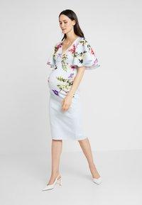 True Violet Maternity - BATWING MIDI BODYCON - Sukienka etui - blue border floral - 1