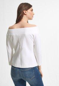 comma - MIT CARMENAUSSCHNITT - Long sleeved top - white - 1