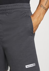 Jack & Jones Performance - JJIZSWEAT SHORT  - Pantalón corto de deporte - asphalt - 3