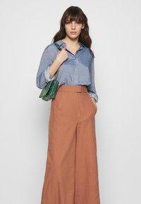 IVY & OAK - SUPER FLARED PANTS MAXI - Spodnie materiałowe - rose tan - 4