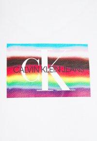 Calvin Klein Jeans - MULTILOGO RELAXED CN HWK UNISEX PRIDE - Sweatshirt - bright white - 2