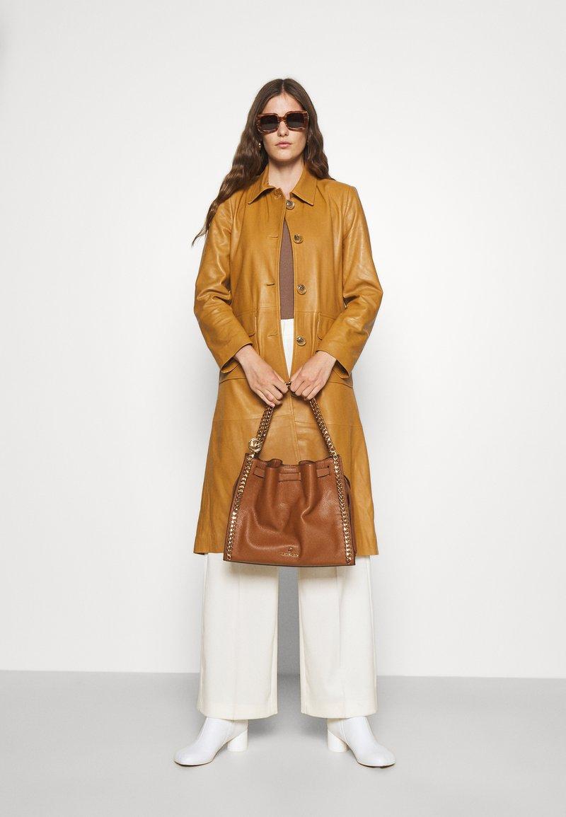 MICHAEL Michael Kors - MINA CHAIN TOTE - Handbag - brown