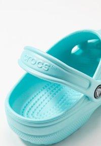 Crocs - CLASSIC - Kapcie - ice blue - 2