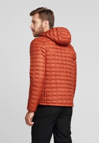The North Face - THERMOBALL ECO HOODIE - Vinterjakke - picante red matte - 2
