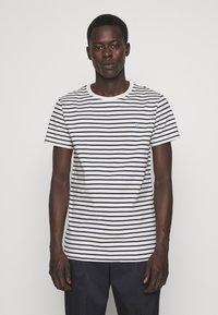 Les Deux - SAILOR  - Print T-shirt - off white/dark navy - 0