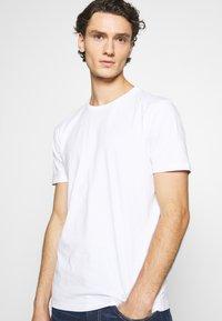 Minimum - LUKA  - Jednoduché triko - white - 3