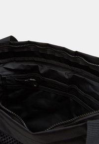 Nike Sportswear - ESSENTIALS - Velká kabelka - black/smoke grey - 2